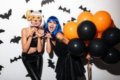 Junge Frauen in Halloween-Kostümen auf Partei Stockfoto