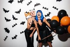 Junge Frauen in Halloween-Kostümen auf Partei Lizenzfreies Stockfoto