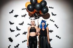 Junge Frauen in Halloween-Kostümen auf Partei Stockfotografie