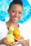 Junge Frauen-Holding-Zitrusfrucht im Studio Lizenzfreie Stockbilder