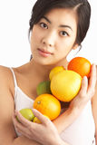 Junge Frauen-Holding-Zitrusfrucht im Studio stockfotografie