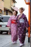 Junge Frauen im Kimonokleid Stockfotografie