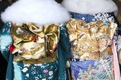 Junge Frauen im modernen traditionellen Kimono Stockfotos