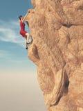 Junge Frauen in im roten Kleid und dem Bergsteiger der hohen Absätze Stockfoto