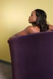 Junge Frauen im Sofa Lizenzfreie Stockfotografie