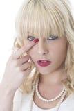 Junge Frauen-juckendes Auge, das wegträne abwischt stockfotos