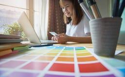 Junge Frauen kaufen online auf Laptop in meinem Haus Mit Kreditkarte Zahlung Modernes Technologiekonzept macht das Leben einfach Stockfoto