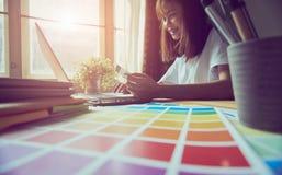 Junge Frauen kaufen online auf Laptop in meinem Haus Mit Kreditkarte Zahlung Modernes Technologiekonzept macht das Leben einfach, Lizenzfreies Stockbild