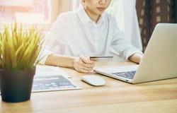 Junge Frauen kaufen online auf Laptop in meinem Haus Mit Kreditkarte Zahlung Modernes Technologiekonzept macht das Leben einfach, Lizenzfreie Stockbilder