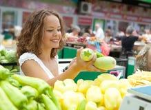 Junge Frauen-kaufende Kürbisse am Lebensmittelgeschäft Lizenzfreies Stockfoto