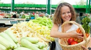 Junge Frauen-kaufendes Gemüse am Lebensmittelgeschäft Stockfoto