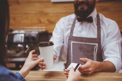 Junge Frauen-Lohn für Latte stockfotografie