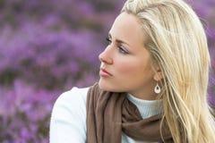 Junge Frauen-Mädchen auf dem Gebiet von purpurroter Heather Flowers Lizenzfreie Stockfotos