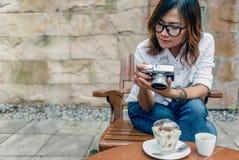 Junge Frauen machen Fotos von einer Kamera Lizenzfreie Stockfotografie