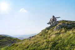 Junge Frauen mit Baby in den Bergen Schöne Landschaft Lizenzfreie Stockbilder