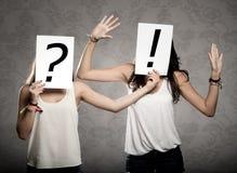 Junge Frauen mit Befragungsymbolen stockfoto