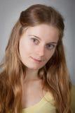 Junge Frauen mit dem braunen langen Haar Lizenzfreie Stockbilder