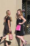 Junge Frauen mit Einkaufenbeuteln Stockbild