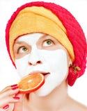 Junge Frauen mit Gesichtsmaske Stockfotos