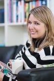 Junge Frauen mit Kaffeetasse in ihrer Hand Lizenzfreies Stockfoto