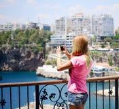 Junge Frauen mit Kamera Lizenzfreies Stockfoto