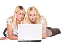 Junge Frauen mit Laptop Lizenzfreie Stockfotos