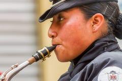 Junge Frauen mit Saxophon Stockfotografie