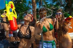 Junge Frauen mit Wasserwerfer Lizenzfreie Stockfotos