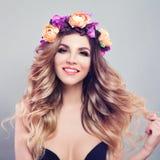 Junge Frauen-Mode-Modell mit dem gesunden blonden Haar Lizenzfreies Stockbild