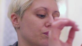 Junge Frauen-Nachahmung stock video