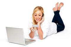 Junge Frauen-Onlineeinkaufen Lizenzfreie Stockfotos