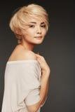Junge Frauen-Porträt Gesunde saubere Haut und perfektes Make-up auf nettem Gesicht des weißen Baumusters mit dem kurzen Haar Stockbild