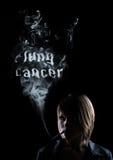 Junge Frauen raucht und im Rauche erscheint Stockbilder