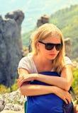 Junge Frauen-Reisender mit dem entspannenden Rucksack Stockfoto