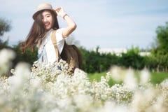 Junge Frauen-Reisender mit der Rucksackentspannung im Freien Stockfoto