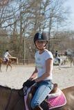 Junge Frauen-Reitertraining Stockbild