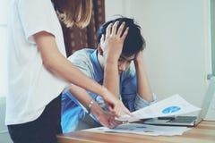 Junge Frauen schelten die Angestellten, die spät bei der Arbeit arbeiten und verursachen Schaden lizenzfreies stockbild