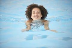Junge Frauen-Schwimmen im Pool stockbild