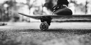 Junge Frauen-Skateboard, das draußen Brücken-Konzept steht Lizenzfreie Stockbilder