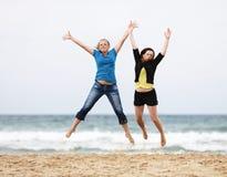 Junge Frauen springen lizenzfreie stockfotografie