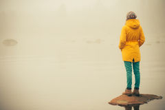 Junge Frauen-stehender allein Reise-Lebensstil im Freien Stockbilder
