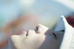 Junge Frauen-Stillstehen lizenzfreie stockbilder