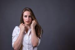 Junge Frauen-tragendes weißes Knopf--obenhemd Stockbilder