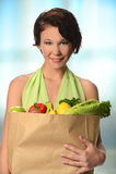 Junge Frauen-Tragetasche Lebensmittelgeschäfte stockbild