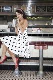 Junge Frauen-trinkende Erschütterung im Restaurant lizenzfreies stockfoto