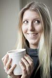 Junge Frauen-trinkender Kaffee Stockbilder