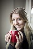 Junge Frauen-trinkender Kaffee Stockbild