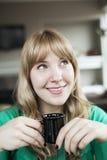 Junge Frauen-trinkender Kaffee Lizenzfreies Stockbild