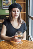 Junge Frauen-trinkender weißer Wein Stockbilder