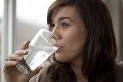 Junge Frauen-Trinkwasser Lizenzfreies Stockbild